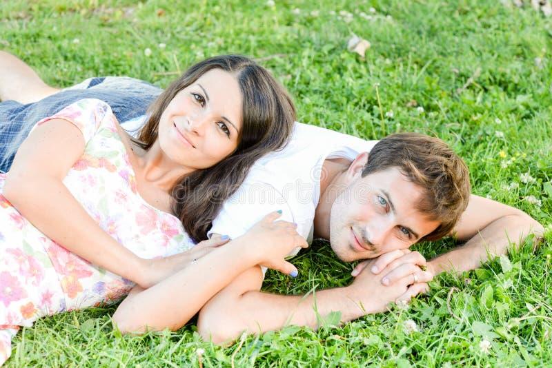 Glückliche liebevolle junge Paare draußen stockbilder