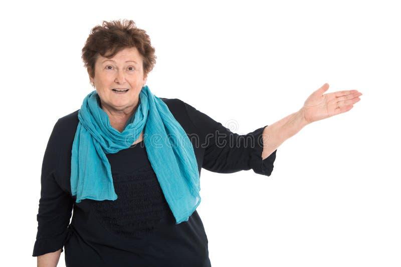 Glückliche lokalisierte ältere Frau, die über Weiß sich darstellt stockfotos