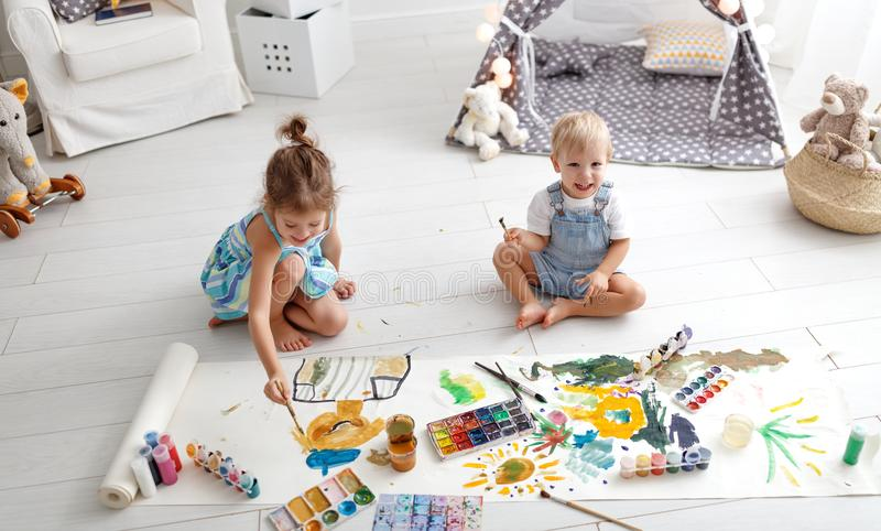 Glückliche lustige Kinderfarbe mit Farbe lizenzfreies stockfoto