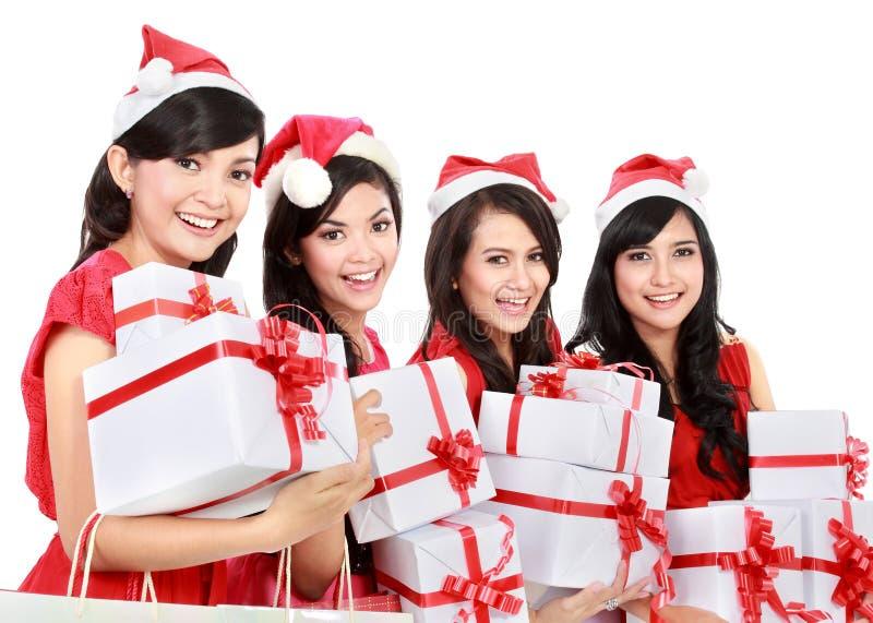 Glückliche lustige Leute mit Weihnachts-Sankt-Hut, der Geschenkboxen hält stockbilder