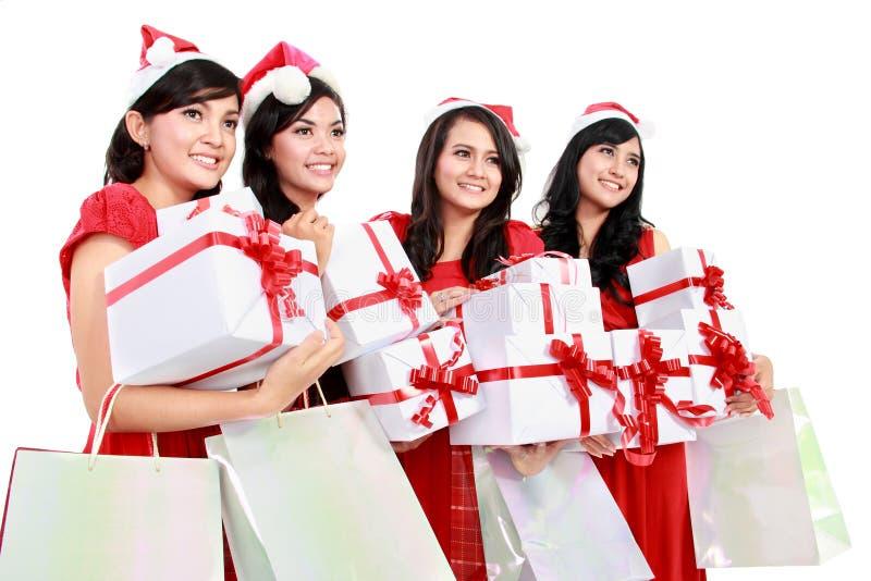 Glückliche lustige Leute mit Weihnachts-Sankt-Hut, der Geschenkboxen a hält stockfotografie