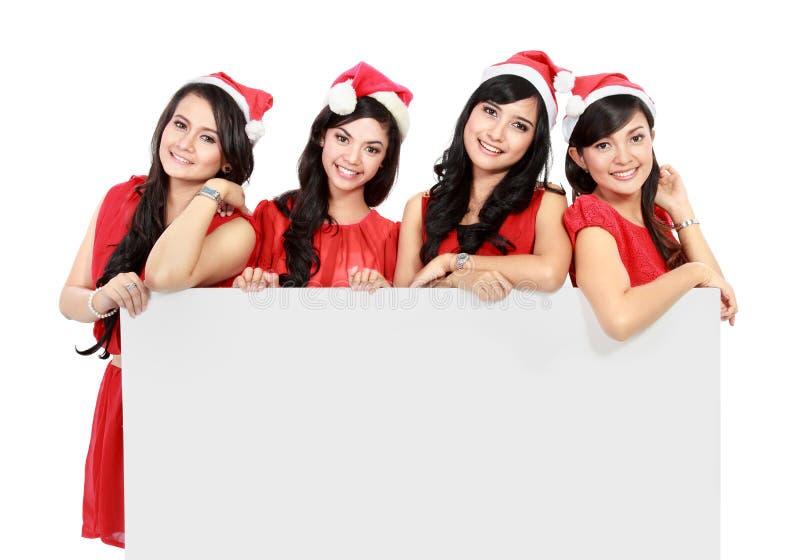 Glückliche lustige Leute mit Weihnachts-Sankt-Hut, der leere Fahne hält stockfotografie