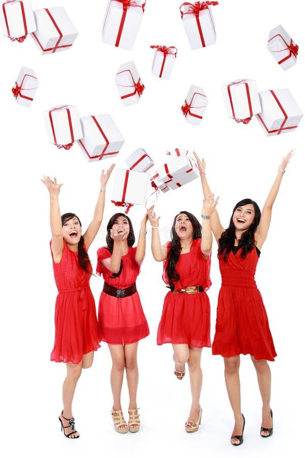 Glückliche lustige Schönheiten mit Kästen. Weihnachten. Partei. lizenzfreie stockfotos