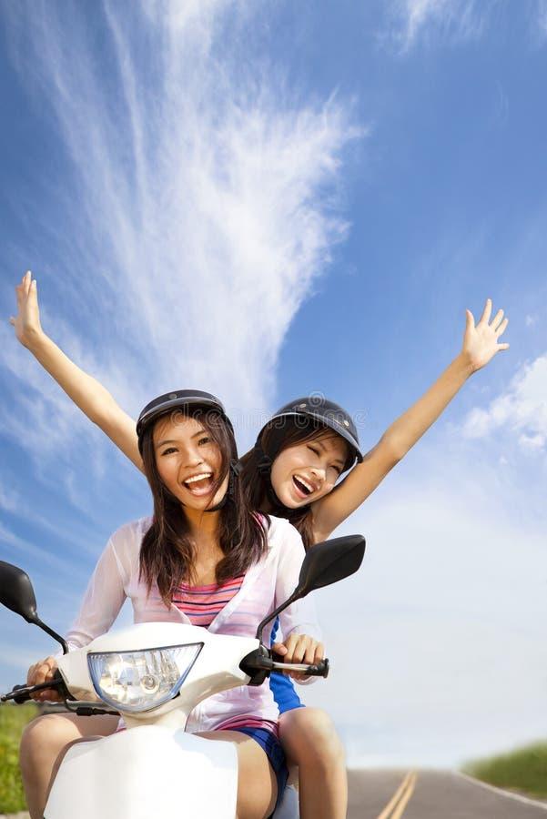 Glückliche Mädchen auf einem Roller lizenzfreies stockfoto
