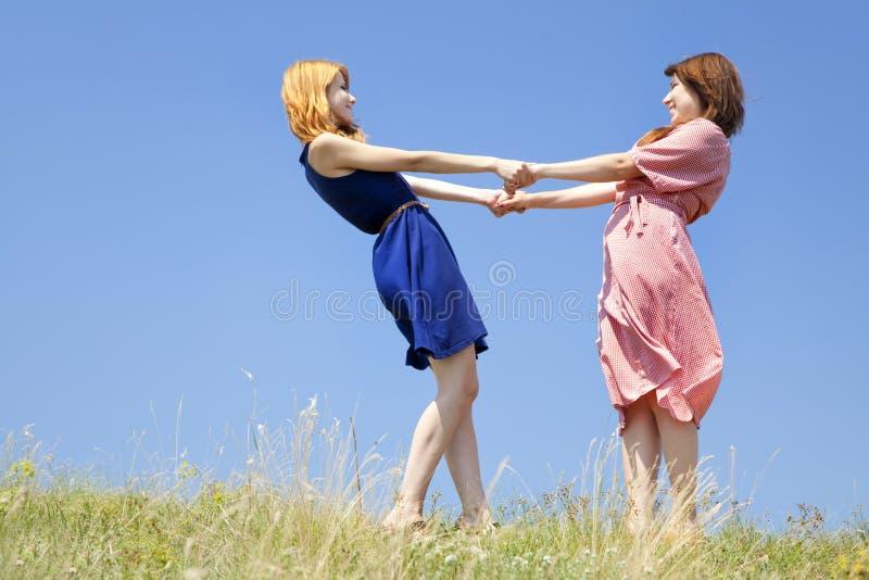 Glückliche Mädchen an der Wiese. lizenzfreies stockfoto