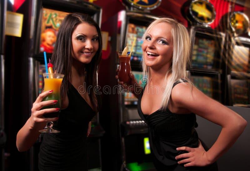 Glückliche Mädchen, die Cocktails trinken stockfotos