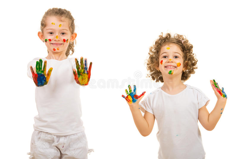 Glückliche Mädchen, die ihre bunten Hände zeigen lizenzfreie stockfotos