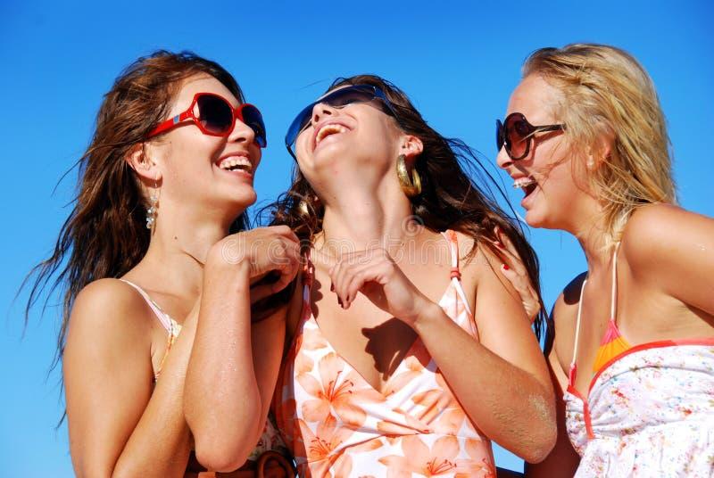Glückliche Mädchen, die Spaß haben lizenzfreie stockfotografie