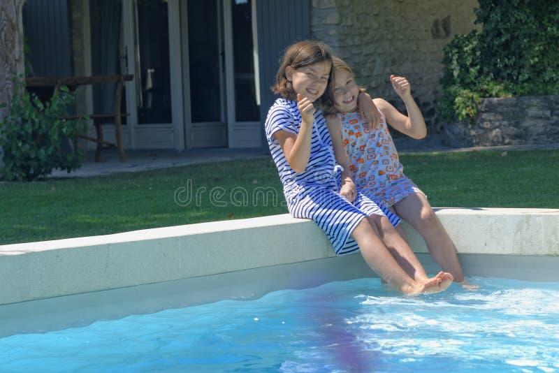 Glückliche Mädchen durch Pool in Frankreich lizenzfreies stockfoto