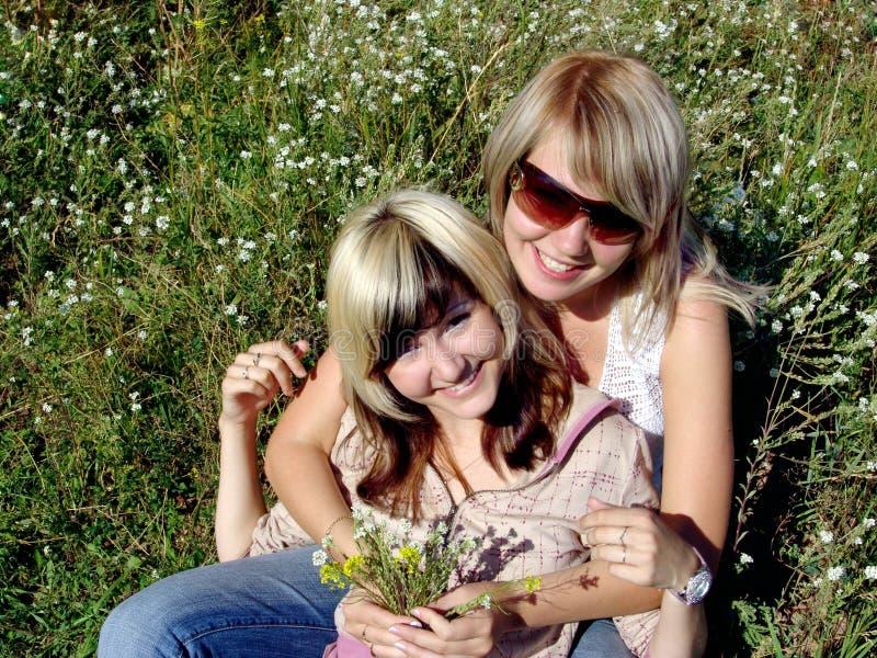 Glückliche Mädchen mit Blumen lizenzfreie stockbilder