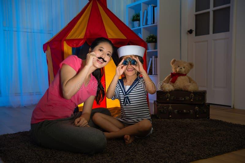 Glückliche Mädchenkinder als Seemann, der Teleskop verwendet stockfotos