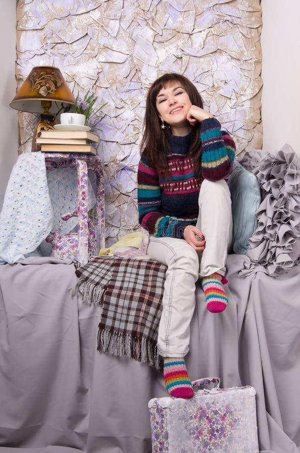 Glückliche Mädchenwinterkleidung stockbilder