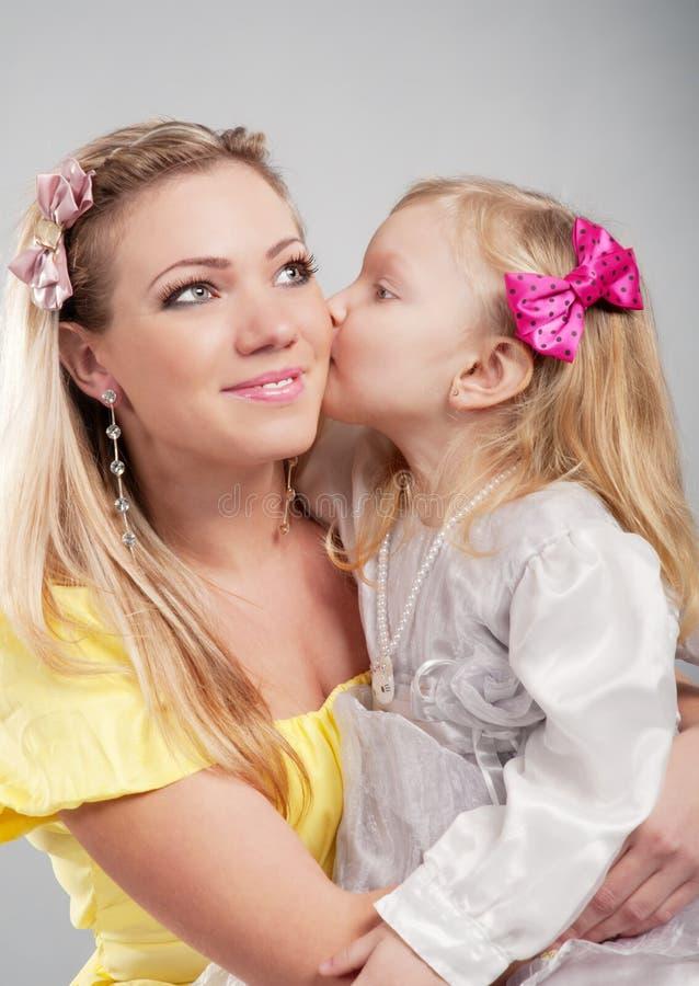 Glückliche Mama mit dem Tochterportrait stockfoto