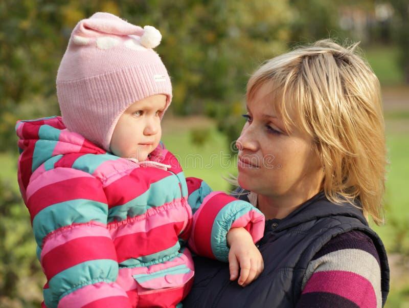 Glückliche Mama mit einer Tochter im Herbstpark stockbild