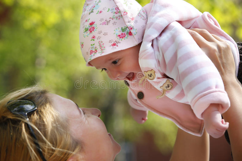 Glückliche Mama und ihr Kind lizenzfreie stockbilder