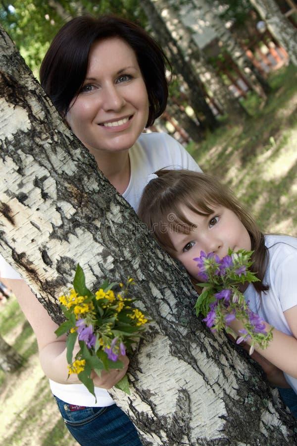 Glückliche Mama und ihre kleine Tochter stockfotos