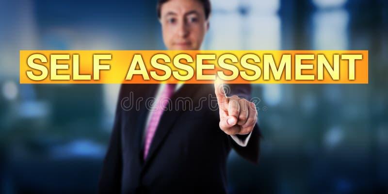Glückliche Manager-Pressing-SELBSTEINSCHÄTZUNG lizenzfreies stockbild