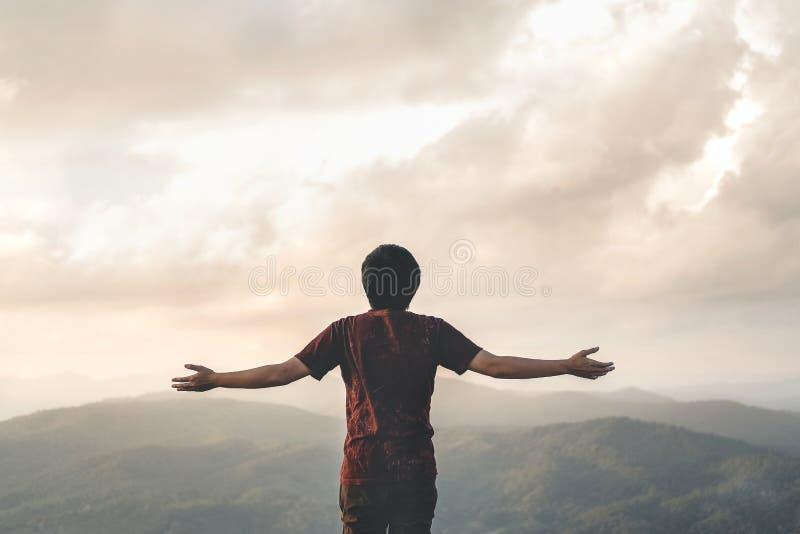 Glückliche Mann-Freiheit im erfolgreichen Konzept der Sonnenaufgangnatur stockfoto