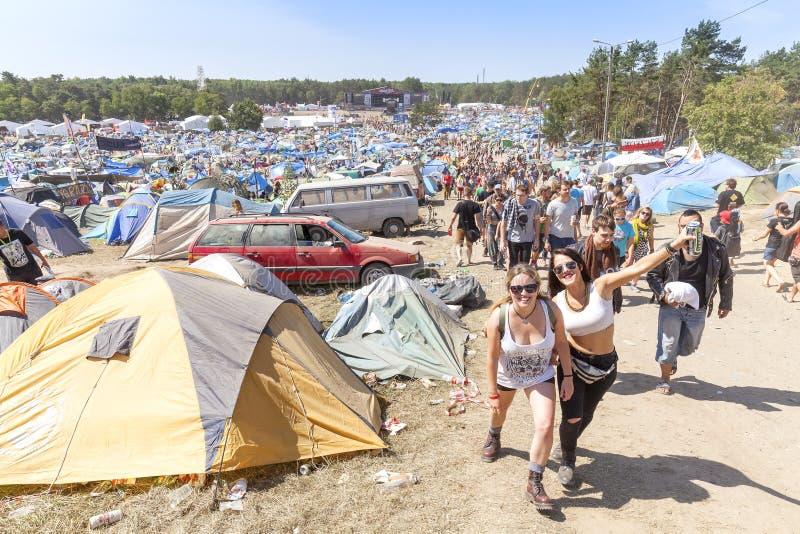 Glückliche Menschen auf dem 21. Woodstock-Festival Polen lizenzfreie stockfotos