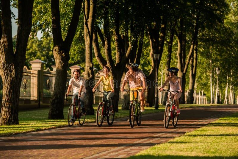 Glückliche Menschen, die draußen radfahren lizenzfreies stockbild