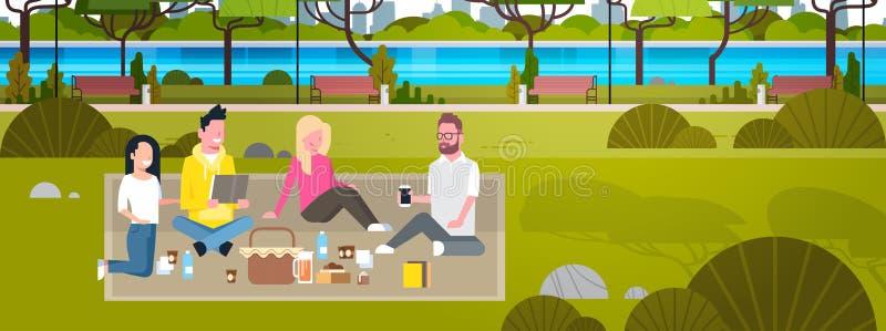 Glückliche Menschen, die Picknick in der Park-Gruppe jungen Männern und Frauen sitzen auf dem Gras sich entspannt und in Verbindu vektor abbildung
