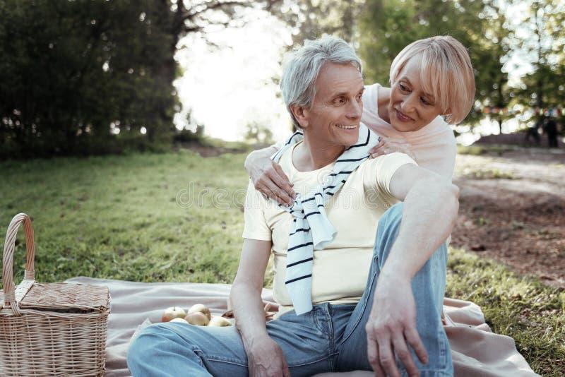 Glückliche Menschen, die Wochenende mit Vergnügen verbringen lizenzfreie stockbilder