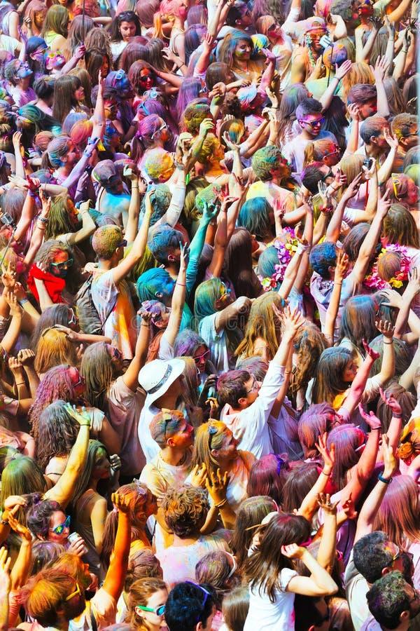 Glückliche Menschen am Festival Holi stockfotografie