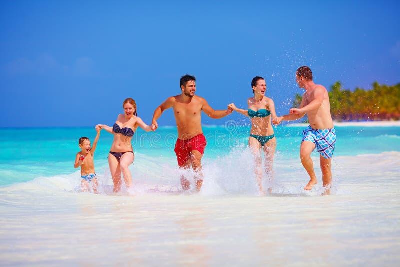 Glückliche Menschen im Urlaub in Tropeninsel lizenzfreie stockfotos