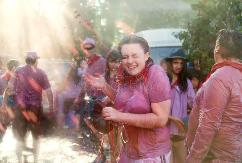 Glückliche Menschen während Haro Wine Festivals stockfotos