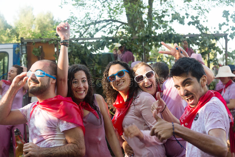 Glückliche Menschen während Haro Wine Festivals (Batalla Del Vino) lizenzfreies stockbild