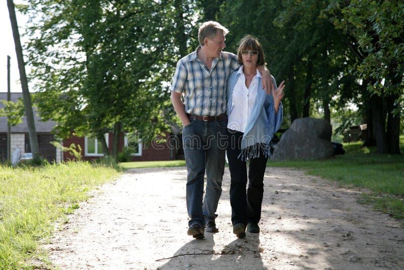 Glückliche midage Paare lizenzfreie stockfotografie