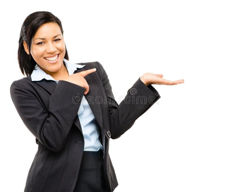 Glückliche MischrasseGeschäftsfrau, die auf leere Kopienraum-ISO zeigt lizenzfreie stockbilder