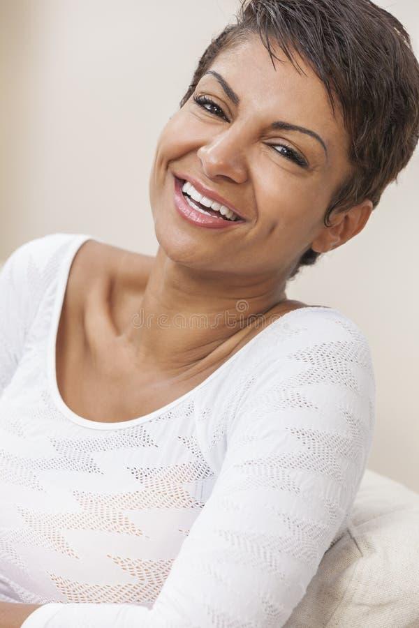 Glückliche Mitte gealterte Afroamerikaner-Frau mit den perfekten Zähnen stockbild