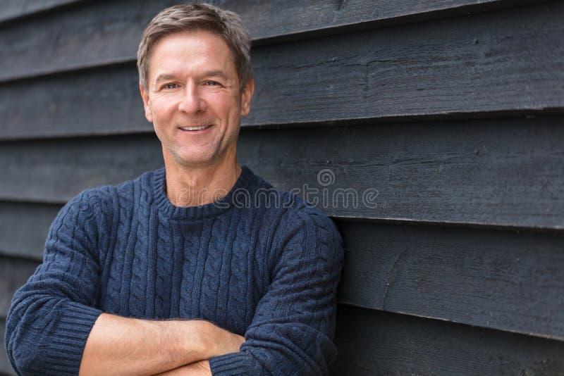 Glückliche Mitte gealterte Mann-Arme gefaltet lizenzfreies stockbild