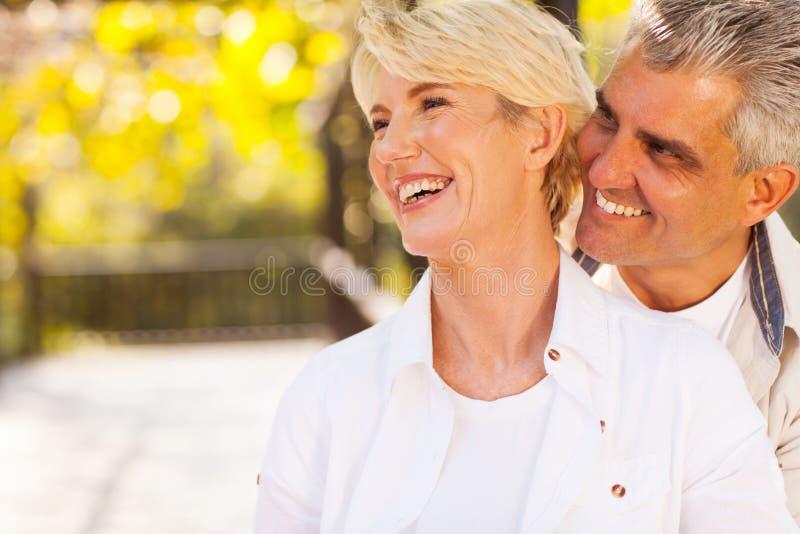 Glückliche Mitte gealterte Paare lizenzfreie stockbilder