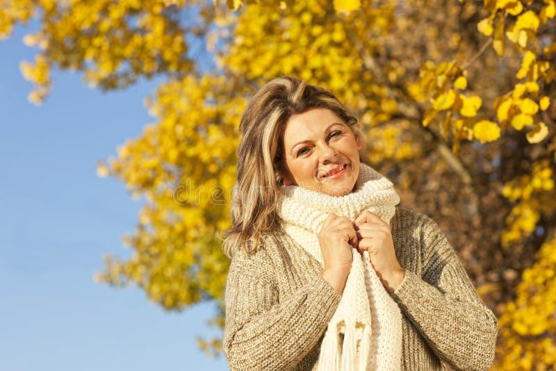 Glückliche mittlere Greisin mit Schal lizenzfreie stockbilder