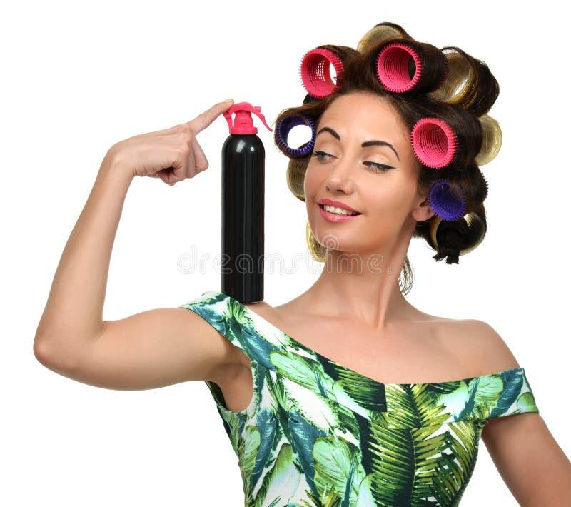 Glückliche Mode Brunettefrau mit großem Spray des schwarzen Haares und curle stockbilder