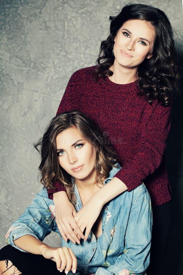 Glückliche Mode-Freundinnen Zwei nette Modelle stockbilder