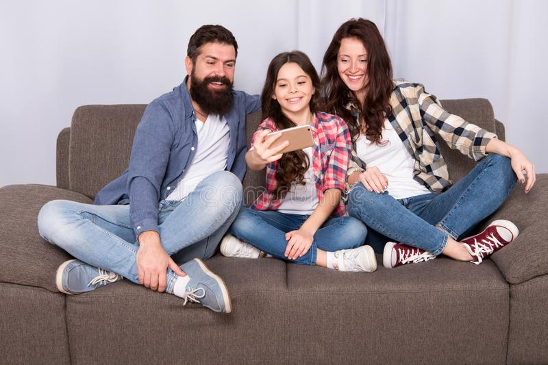 Glückliche Momente der Gefangennahme Familie verbringen Wochenende zusammen Benutzen Sie Smartphone für selfie Freundliche Famili stockfotos