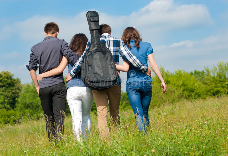 Glückliche Momente: Gruppe junge Leute draußen lizenzfreie stockfotografie