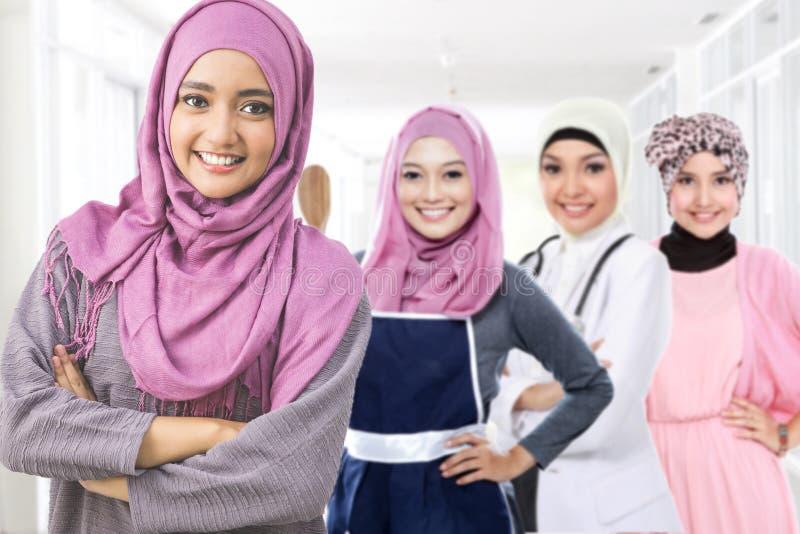 Glückliche moslemische Frau in der unterschiedlichen Art des Berufs stockbild