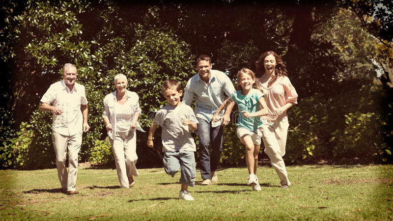 Glückliche multi Generationsfamilie, die in Richtung zur Kamera läuft lizenzfreie stockfotografie