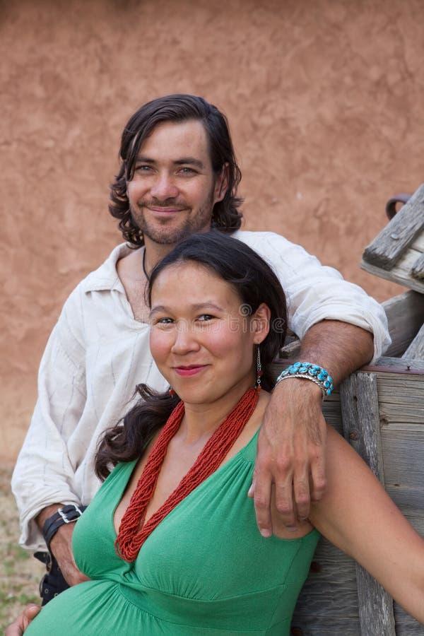 Glückliche multikulturelle Paare lizenzfreies stockbild