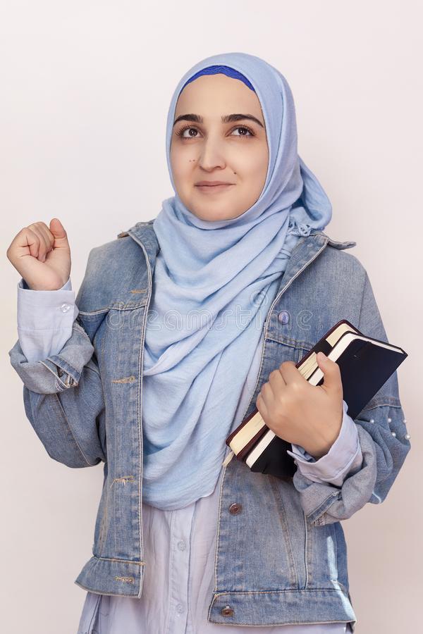 Glückliche muslimische Geschäftsfrau feiert ihren ersten Erfolg im Geschäftsleben Attraktive muslimische Studierende halten Noteb stockbilder