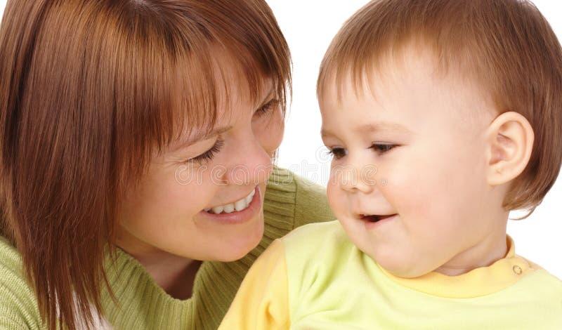 Glückliche Mutter, die ihr Kind betrachtet lizenzfreie stockbilder