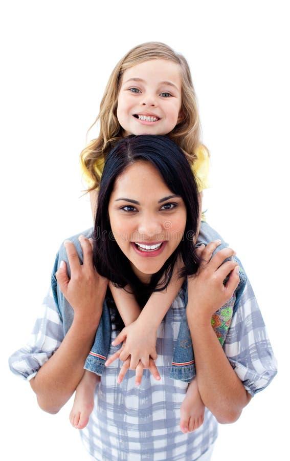 Glückliche Mutter, die ihre Fahrt des kleinen Mädchens Doppelpolgibt stockbild