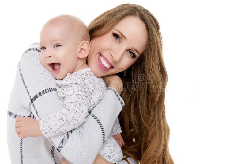 Glückliche Mutter, die ihren entzückenden Babysohn umarmt Porträt der Mutter und des neugeborenen Kindes lokalisiert auf weißem H lizenzfreie stockbilder