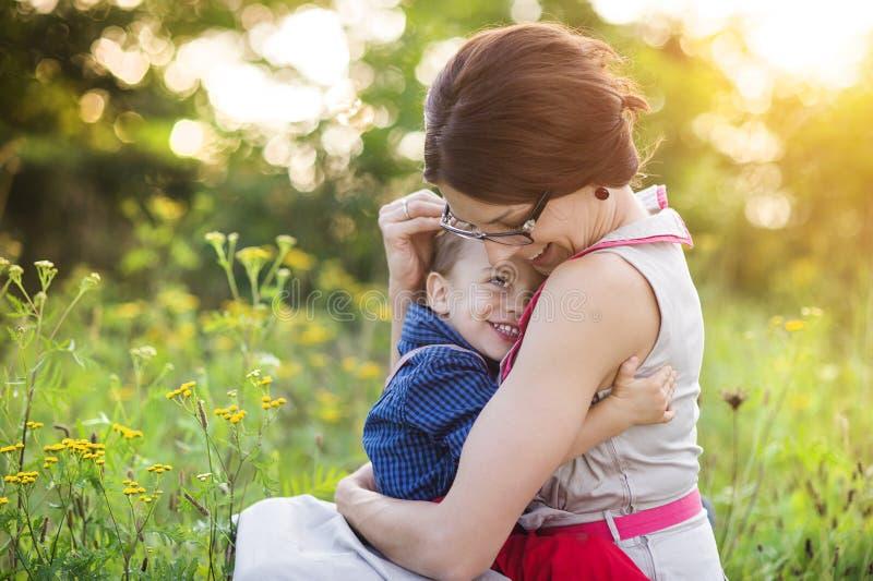 Glückliche Mutter, die ihren Sohn hält stockfoto