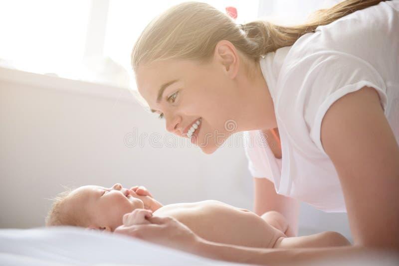 Glückliche Mutter, die zu Hause mit ihrem Baby spielt lizenzfreie stockfotografie
