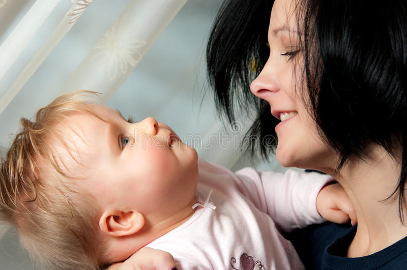 Glückliche Mutter mit Baby lizenzfreies stockbild